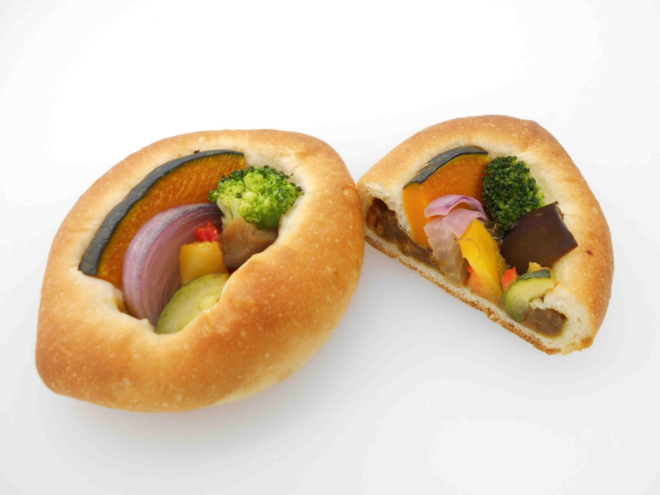 野菜を食べるカレーパン